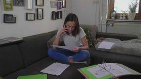 Η γυναίκα σπουδαστής αρχειοθετεί τα έγγραφα για το κολλέγιο φιλμ μικρού μήκους