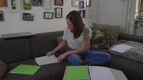 Η γυναίκα σπουδαστής αρχειοθετεί τα έγγραφα για το κολλέγιο απόθεμα βίντεο