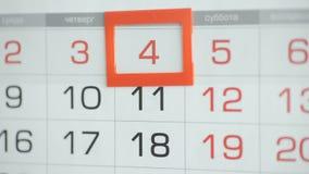 Η γυναίκα παραδίδει την ημερομηνία αλλαγών γραφείων στο ημερολόγιο τοίχων Αλλαγές 3 έως 4 απόθεμα βίντεο
