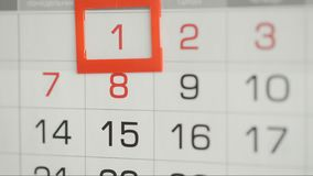 Η γυναίκα παραδίδει την ημερομηνία αλλαγών γραφείων στο ημερολόγιο τοίχων φιλμ μικρού μήκους