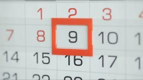 Η γυναίκα παραδίδει την ημερομηνία αλλαγών γραφείων στο ημερολόγιο τοίχων Αλλαγές 8 έως 9 φιλμ μικρού μήκους