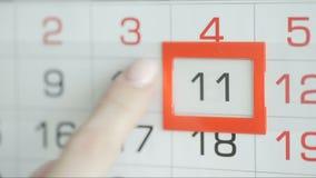 Η γυναίκα παραδίδει την ημερομηνία αλλαγών γραφείων στο ημερολόγιο τοίχων Αλλαγές 10 έως 11 φιλμ μικρού μήκους