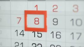 Η γυναίκα παραδίδει την ημερομηνία αλλαγών γραφείων στο ημερολόγιο τοίχων Αλλαγές 6 έως 7 φιλμ μικρού μήκους