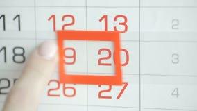 Η γυναίκα παραδίδει την ημερομηνία αλλαγών γραφείων στο ημερολόγιο τοίχων Αλλαγές 19 έως 20 φιλμ μικρού μήκους