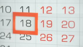 Η γυναίκα παραδίδει την ημερομηνία αλλαγών γραφείων στο ημερολόγιο τοίχων Αλλαγές 18 έως 19 φιλμ μικρού μήκους