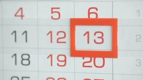 Η γυναίκα παραδίδει την ημερομηνία αλλαγών γραφείων στο ημερολόγιο τοίχων Αλλαγές 12 έως 13 φιλμ μικρού μήκους