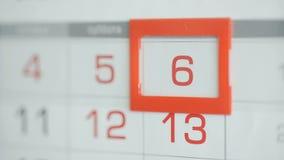 Η γυναίκα παραδίδει την ημερομηνία αλλαγών γραφείων στο ημερολόγιο τοίχων Αλλαγές 5 έως 6 φιλμ μικρού μήκους