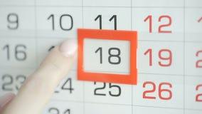 Η γυναίκα παραδίδει την ημερομηνία αλλαγών γραφείων στο ημερολόγιο τοίχων Αλλαγές 107 έως 18 φιλμ μικρού μήκους