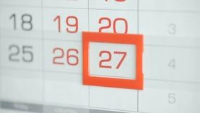 Η γυναίκα παραδίδει την ημερομηνία αλλαγών γραφείων στο ημερολόγιο τοίχων Αλλαγές 26 έως 27 φιλμ μικρού μήκους
