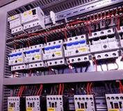 Η εικόνα παρουσιάζει τους διακόπτες και ηλεκτρικούς επαφείς Κινηματογράφηση σε πρώτο πλάνο Σύγχρονη περίπτωση διανομής Θαλαμίσκος στοκ εικόνες με δικαίωμα ελεύθερης χρήσης