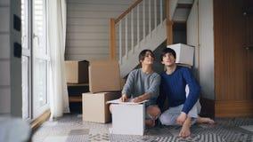 Η ελκυστική νέα αγαπώντας φίλη γυναικών μιλά στο φίλο της που δίνει έπειτα του τα κλειδιά σπιτιών καθμένος στο πάτωμα νέου φιλμ μικρού μήκους