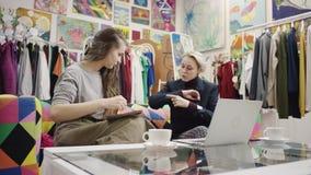 Η ενήλικη επιχειρηματίας μιλά στο νέο emmployee της ενώ γράφει κάτω από την οθόνη lap-top φιλμ μικρού μήκους