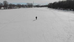 Η εναέρια άποψη μια ηλικιωμένη γυναίκα συμμετείχε στο σκανδιναβικό περπάτημα με τα ραβδιά στην έννοια χειμερινού δασική υγιή τρόπ απόθεμα βίντεο