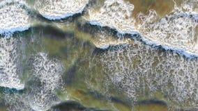 Η εναέρια άποψη της παραλίας της Ισπανίας τα κύματα έρχεται στην ακτή και διαμορφώνει τον αφρό και τις φυσαλίδες από την ακτή το  απόθεμα βίντεο