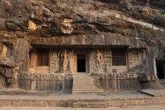 Η εξωτερική άποψη της σπηλιάς 2, πόρτα πλαισιώνεται από τεράστιο Bodhisattvas με τους νάνους σύγκλισης ανωτέρω, βουδιστικές σπηλι στοκ φωτογραφία με δικαίωμα ελεύθερης χρήσης