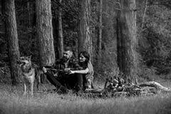 Η ερωτευμένη ή νέα ευτυχής οικογένεια ζεύγους ξοδεύει το χρόνο από κοινού στοκ φωτογραφία