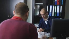 Η εστίαση ραφιών στο άτομο από το τμήμα του ανθρώπινου δυναμικού παίρνει συνέντευξη από έναν πιθανό υπάλληλο στο γραφείο απόθεμα βίντεο