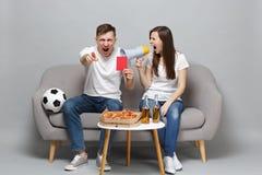 Η ευθυμία οπαδών ποδοσφαίρου ανδρών γυναικών ζευγών υποστηρίζει επάνω την αγαπημένη κραυγή ομάδων megaphone, κόκκινη κάρτα λαβής, στοκ εικόνες με δικαίωμα ελεύθερης χρήσης