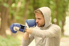 Η επίθεση ή υπερασπίζει πάντα είναι έτοιμη Συγκεντρωμένα αθλητικός τύπος εγκιβωτίζοντας γάντια κατάρτισης Συγκεντρωμένα αθλητής α στοκ εικόνες