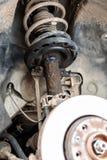 Η επισκευή του απορροφητή κλονισμού του αυτοκινήτου, ένα μειώνοντας υγρό διέρρευσε έξω στοκ εικόνα με δικαίωμα ελεύθερης χρήσης