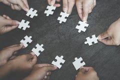 Η επιχειρησιακή έννοια, ομάδα επιχειρηματιών που συγκεντρώνουν το γρίφο τορνευτικών πριονιών και αντιπροσωπεύει την υποστήριξη κα στοκ φωτογραφία