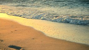 Η ηλιόλουστη πορεία ακτινοβολεί στην υγρή άμμο στην ακτή απόθεμα βίντεο