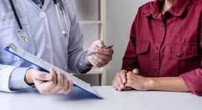 Η ιατρική και η έννοια υγειονομικής περίθαλψης, παρουσίαση καθηγητή Doctor εκθέτουν και συστήνουν μια μέθοδο με την υπομονετική θ στοκ εικόνες