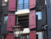 Η ιστορική αρχιτεκτονική της πόλης πετρών του Άμστερνταμ στις Κάτω Χώρες, η εικόνα μεγεθύνεται μέσα στοκ εικόνες