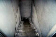 Η κάθοδος στο υπόγειο των παλαιών συγκεκριμένων σκαλοπατιών στοκ εικόνες με δικαίωμα ελεύθερης χρήσης