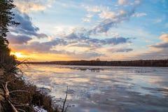 Η κάθοδος του πάγου την άνοιξη στον ποταμό είναι το Μάρτιο ένα φυσικό φαινόμενο ενάντια στον ουρανό και καλύπτει το βράδυ στοκ εικόνες