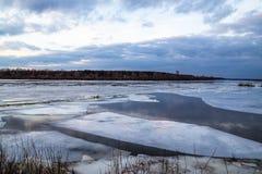 Η κάθοδος του πάγου την άνοιξη στον ποταμό είναι το Μάρτιο ένα φυσικό φαινόμενο ενάντια στον ουρανό και καλύπτει το βράδυ στοκ φωτογραφίες