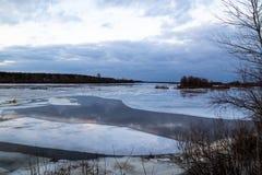 Η κάθοδος του πάγου την άνοιξη στον ποταμό είναι το Μάρτιο ένα φυσικό φαινόμενο ενάντια στον ουρανό και καλύπτει το βράδυ στοκ εικόνες με δικαίωμα ελεύθερης χρήσης