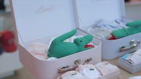 Η κάμερα κινεί την προηγούμενη ένδυση και τα παιχνίδια μωρών πολυτέλειας στα άσπρα κιβώτια απόθεμα βίντεο