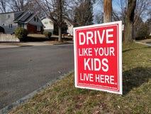 Η κίνηση υπογράφει ακίνδυνα, επιβραδύνει, όπως τα παιδιά σας ζωντανά εδώ στοκ εικόνα