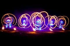 Η καταπληκτική πυρκαγιά παρουσιάζει χορό Χορευτές πυρκαγιάς στα όμορφα κοστούμια που παίζουν με τις ζωηρόχρωμες φλόγες στοκ εικόνα