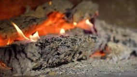 Η κινηματογράφηση σε πρώτο πλάνο των φλογών πυρκαγιάς στο κάψιμο του ξύλου συνδέεται σε αργή κίνηση απόθεμα βίντεο
