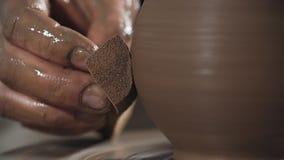 Η κινηματογράφηση σε πρώτο πλάνο των χεριών δημιουργεί ήπια διαμορφωμένο χειροποίητο από τον άργιλο Ο αγγειοπλάστης δημιουργεί το φιλμ μικρού μήκους
