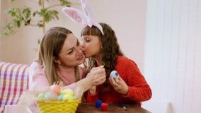 Η κόρη φιλά τη μητέρα της στο μάγουλο, κατά τη διάρκεια της προετοιμασίας για Πάσχα φιλμ μικρού μήκους
