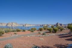 Η λίμνη powell το φαράγγι στην Αριζόνα ή τη Γιούτα με το σταθμό βαρκών στοκ εικόνες