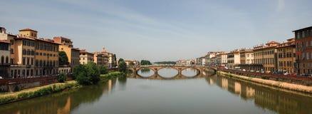 Η μεγάλη πανοραμική άποψη της γέφυρας Ponte Santa Trinita πέρα από τον ποταμό Arno στοκ εικόνα