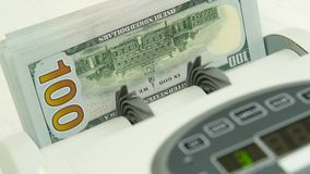 Η μετρώντας μηχανή μετρά πολλούς λογαριασμούς για εκατό αμερικανικά δολάρια ενός νέου δείγματος Ο υπολογισμός των χρημάτων απόθεμα βίντεο