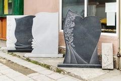 Η μικρή ιδιωτική εταιρία παράγει τις ταφόπετρες και exhibites τα δείγματα των προϊόντων της στην οδό στοκ φωτογραφίες