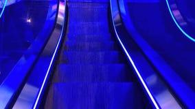 Η μπλε χρωματισμένη κυλιόμενη σκάλα κινείται κάτω απόθεμα βίντεο