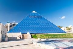 Η μπλε πυραμίδα του κινηματογράφου IMAX στο Gan Binyamin Central Park στοκ φωτογραφίες με δικαίωμα ελεύθερης χρήσης