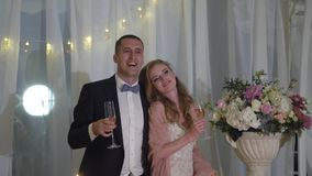 Η νύφη και ο νεόνυμφος έχουν τη διασκέδαση στο γαμήλιο συμπόσιο Νέο αγαπώντας γαμήλιο ζεύγος στη σκηνή απόθεμα βίντεο