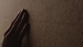 Η ξύλινη σύσταση αφής χεριών και αφαιρεί το αγκάθι φιλμ μικρού μήκους
