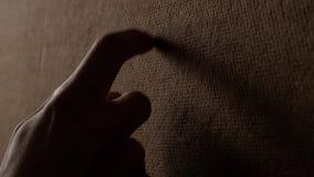 Η ξύλινη σύσταση αφής χεριών και αφαιρεί το αγκάθι απόθεμα βίντεο