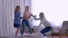 Η οικογένεια, οι τρελλές κόρες κοριτσιών τραγουδούν και χορεύουν για ευτυχές Mom ενώ έχοντας την ψυχαγωγία διασκέδασης στο κρεβάτ φιλμ μικρού μήκους