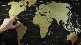 Η οικογένεια προγραμματίζει ένα νέο ταξίδι με έναν χάρτη ταξιδιού απόθεμα βίντεο