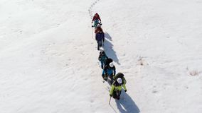 Η ομάδα είναι πανέτοιμοι τουρίστες, για να πλοηγήσει τη διαδρομή σας μέσω της χιονισμένης στέπας, με τις υψηλές κλίσεις χιονιού απόθεμα βίντεο
